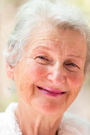 abuela: La abuela te est� mirando significativamente con el pelo blanco.