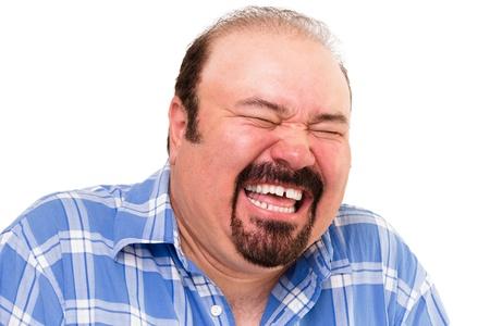 Porträt eines kaukasischen mittleren Alters bärtigen Mann glücklich laut lachen, isoliert auf weißem Hintergrund