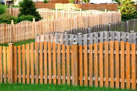 cedro: La tinción valla de madera no es fácil cuando se tiene trabajo lats de ellos, el barrio de ensueño para la gente de tinción cerca Foto de archivo