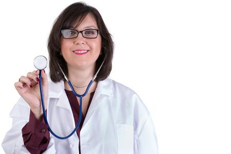 trustable: Simp�tico Intern sanitaria mirarte genuina y amable mientras sostiene su estetoscopio alta Foto de archivo