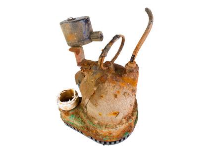 sump: Vecchia pompa di pozzetto arrugginito rotto che � stato rimosso da un pozzetto di drenaggio come obsoleto, isolato su bianco