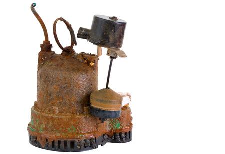 sump: Old defunta obsolete sgangherata pompa di pozzetto arrugginito che � stato rimosso per la sostituzione a causa di malfunzionamento o guasto, su bianco