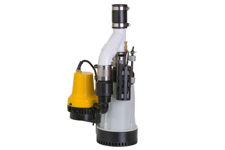 bomba de agua: Nueva bomba de sumidero con una bomba conectada amarilla de emergencia de copia de seguridad en caso de avería de ser sumergido en un pozo para drenar el agua subterránea recogida