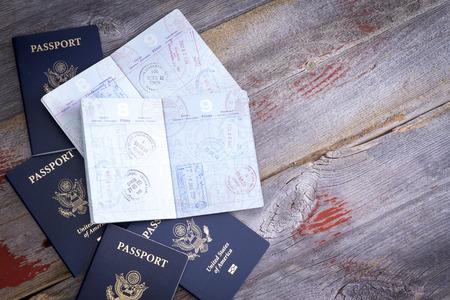 Passeports américains se trouvant sur une table en bois rustique pour révéler les timbres à main de fonctionnaires des douanes sur le contrôle des frontières appliquées pendant voyages à l'étranger