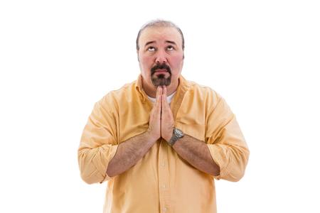 fidelidad: El hombre religioso orando a Dios con las manos cruzadas en su búsqueda de ayuda con los ojos levantados al cielo, que forma parte de una serie sobre el lenguaje corporal, aislado en blanco