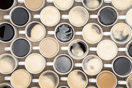 커피 잔의 조직화 된 행의 개념적 이미지는 같은 방향으로 향하게하는 자신의 핸들 직선 행에 늘어선 스톡 콘텐츠