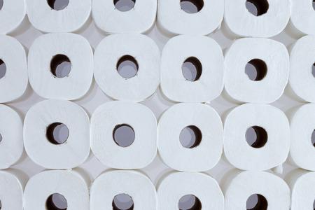 defecate: Sfondo full frame modello di rotoli di carta igienica bianca disposti in file ordinate viste dall'alto - Carta igienica per tutti