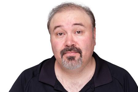 interrogativa: Esc�ptico hombre de mediana edad levantando las cejas con una expresi�n de sorpresa y desconfianza, la cabeza y los hombros aislados en blanco
