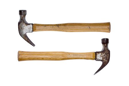 martillo: Dos viejos martillos de garra oxidadas dispuestas mirando en direcciones opuestas conceptuales de igual potencia aislado en un fondo blanco
