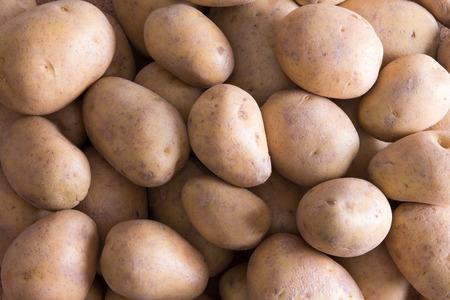 accompagnement: Plein cadre des premi�res pommes de terre dor�es agricoles frais entiers pour un d�licieux accompagnement de l�gumes nutritifs