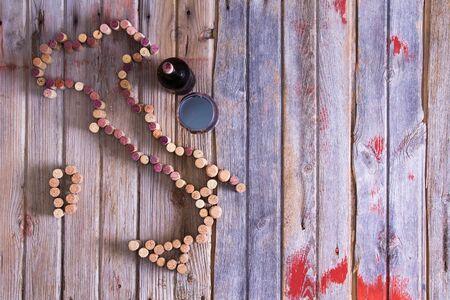 amantes: Los amantes del vino mapa de Italia forma a partir usados ??corchos de vino rojo y blanco con una botella y vaso de vino tinto junto en tarjetas de madera r�sticas con copyspace, vista a�rea