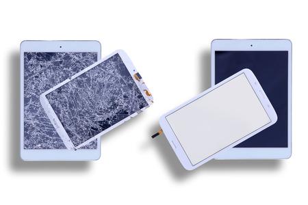 Vista dall'alto di due tavolette con schermi di vetro in frantumi, accanto a due con schermi tablet riparati in un'immagine comparativa su bianco Archivio Fotografico - 38972567