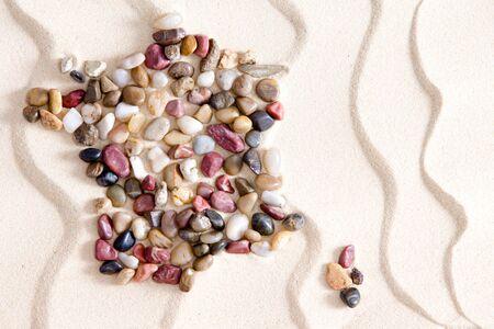 conceptual map: Mapa conceptual de Francia y C�rcega formada por guijarros waterwashed coloridos de cuarcita, �gata, jaspe, y dolomita en blanco bach arena con un patr�n ondulado ondulante