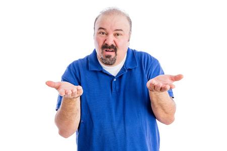desprecio: Hombre burlona de mediana edad encogiéndose de hombros y gesticulando como él muestra su ignorancia y desprecio, aislado en blanco Foto de archivo