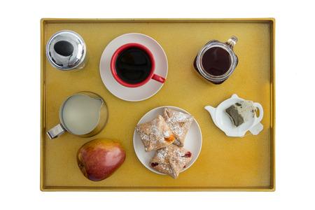 pasteles: Vista de ángulo alto de la Bandeja del desayuno para dos con té, café, pasteles y un Apple hacia fuera para el disfrute