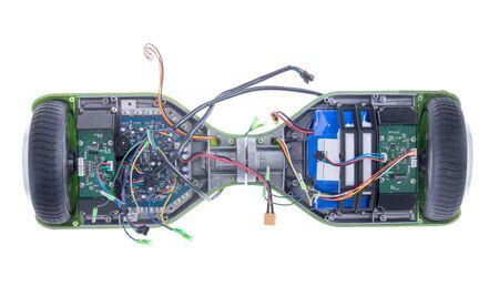 pizarra: Vista elevada de la rueda dual autobalanceo monopatín eléctrico con cables expuestos Foto de archivo