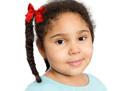 chicas sonriendo: Cierre de linda chica joven con trenzado de pelo rizado que le mira con media sonrisa, aislado en el fondo blanco.