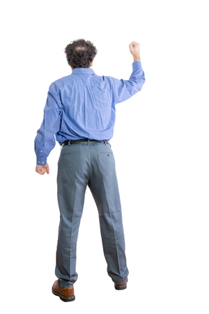 흰색 배경에 고립 된 거꾸로 직면하면서 주먹을 제기하는 화가 사업가의 전체 길이 쐈 어.