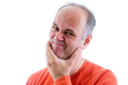 avergonzado: Hombre sentirse avergonzado y apenado por algo que ha hecho la celebraci�n de su mano a la barbilla y haciendo muecas mientras mira a la c�mara, cabeza y los hombros en blanco