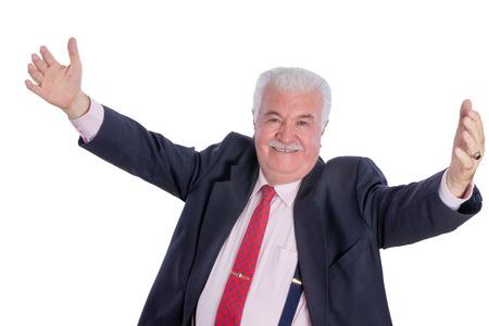 uomo rosso: Singolo maschio maturo euforico in tuta blu, cravatta e bretelle con le braccia aperte su sfondo bianco