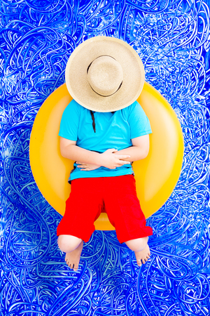 68760098 - Feliz joven relajarse en un tubo en la piscina con un gran  sombrero de paja que cubre su rostro desde el sol de verano caliente 41cd15d2ce1