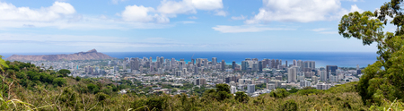 Panorama view of Diamond Head, Waikiki, Alamoana and Kakaako on the island of Hawaii looking over treetops to the Pacific Ocean on a sunny day 版權商用圖片