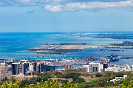 太平洋を背景にしたダニエル・K・イノウエ国際空港、オアフ島、ハワイの高台の眺め 写真素材