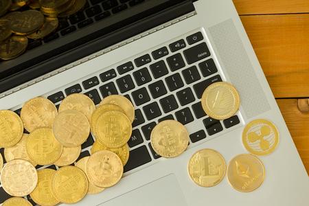 Fußboden Aus Geldmünzen ~ Bitcoin und geldmünzen zerstreuten auf computertastatur mit