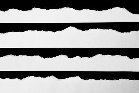 Weiß zerrissenes Papier auf schwarzem Hintergrund . Sammlung Papier Rip Standard-Bild