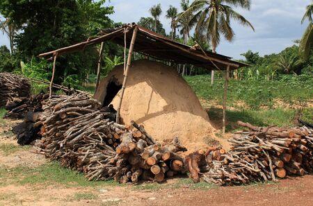 inceneritore: inceneritore naturale che ha fatto da argilla a bruciare legna da ardere Archivio Fotografico