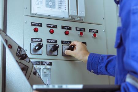 Mannelijke ingenieurs controleren het elektrische systeem per programma in laptop.