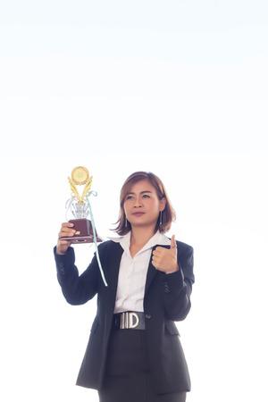 Geschäftsfrau, die Preistrophäe hält, um ihren Sieg zu zeigen. Standard-Bild