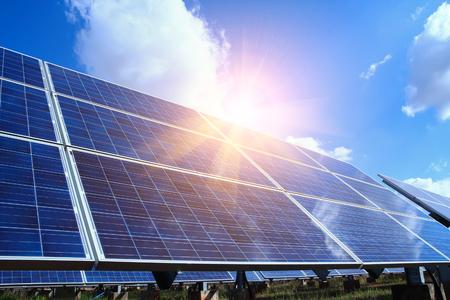 Pannello solare, fonte di elettricità alternativa - concetto di risorse sostenibili, e questo è un nuovo sistema che può generare elettricità più dell'originale, questo è il sistema di inseguimento solare.