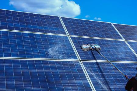 Panneau solaire, source d'électricité alternative - concept de ressources durables, ce sont les systèmes de suivi du soleil, le nettoyage augmentera les performances à un niveau élevé.