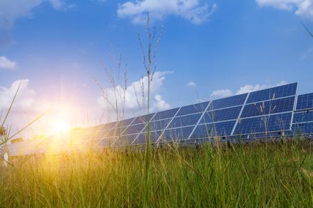 Pannello solare, fonte di elettricità alternativa - concetto di risorse sostenibili, e questo è un nuovo sistema che può generare elettricità più dell'originale, questo è il sistema di inseguimento solare. Archivio Fotografico