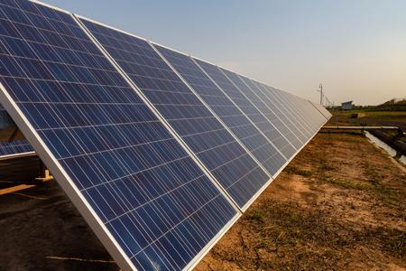 Sonnenkollektor, alternative Stromquelle, Konzept nachhaltiger Ressourcen, Und dies ist ein neues System, das mehr Strom erzeugen kann als das Original. Dies sind die Sonnennachführungssysteme.