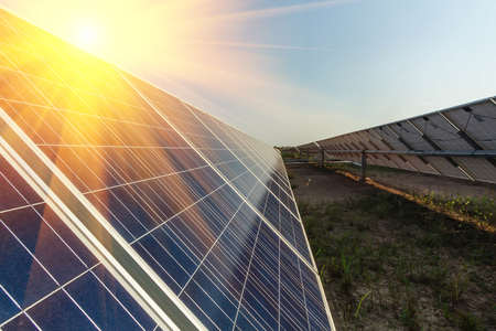 Pannello solare, fonte di elettricità alternativa, concetto di risorse sostenibili, e questo è un nuovo sistema in grado di generare elettricità più dell'originale, questi sono i sistemi di inseguimento solare. Archivio Fotografico