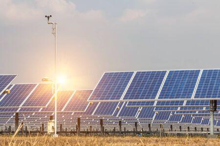 Panel solar, fuente de electricidad alternativa, concepto de recursos sostenibles. Y este es un nuevo sistema que puede generar más electricidad que el original. Este es el sistema de seguimiento solar. Foto de archivo