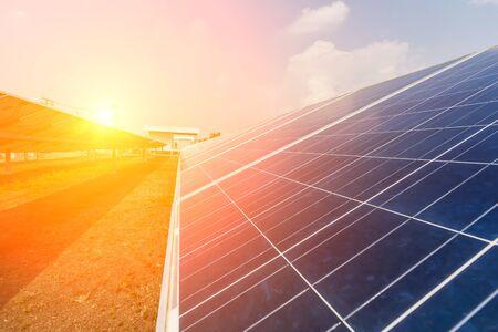 Pannello solare, fonte di elettricità alternativa, concetto di risorse sostenibili, e questo è un nuovo sistema in grado di generare elettricità più dell'originale, questi sono i sistemi di inseguimento solare.