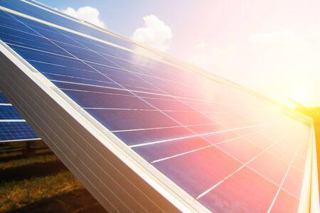 Panneau solaire, source d'électricité alternative, concept de ressources durables, Et c'est un nouveau système qui peut générer plus d'électricité que l'original, C'est les systèmes de suivi du soleil.
