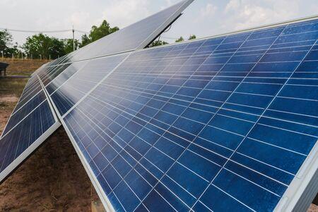 Panel solar, fuente de electricidad alternativa, concepto de recursos sostenibles. Y este es un nuevo sistema que puede generar más electricidad que el original. Este es el sistema de seguimiento solar.