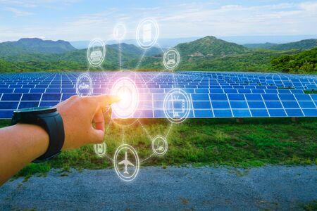 Pannello solare, fonte di elettricità alternativa, concetto di risorse sostenibili, questo è l'interruttore a pulsanti per l'alimentazione aperta alle apparecchiature elettriche. Archivio Fotografico