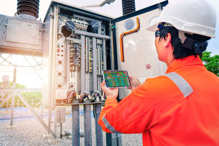 Electrical engineers are scanning temp to check for faults in equipment sets, Also known as preventive maintenance to reduce the damage of equipment, Concept to professional engineer on industrial. 免版税图像