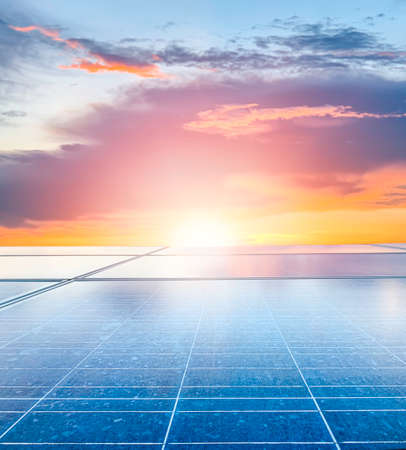 Solar plant(solar cell) with the sun set, hot climate causes increased power production, Alternative energy to conserve the world's energy, Photovoltaic module idea for clean energy production. 免版税图像