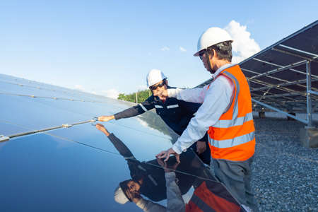 Technicians use the hex screwdriver to fix the hex nut for fixing newly installed solar panels, Alternative energy to conserve the world's energy, Photovoltaic module idea for clean energy production. Banque d'images