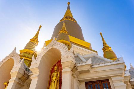 Phra Nakhon Si Ayutthaya, Thailand - 18 December 2020: Tako Temple, Luang Pho Ruay, Pasadigo at Luang Pho Ruai Temple, Tako Temple, Ayutthaya Province, Thailand. Éditoriale