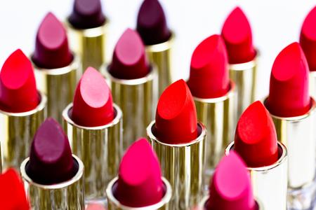Rossetto colorato messo insieme splendidamente utilizzato per articoli cosmetici.