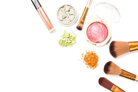 Set de maquillaje cosmético, lápiz de cejas, lápiz labial y rubor, sobre fondo blanco. Foto de archivo