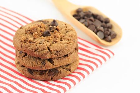 biscotto di cioccolato chip isolato su sfondo bianco