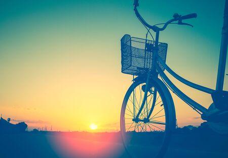 여름 톤에서 빈티지 자전거 산책로 style.classic 빈티지 스타일 자전거 오래 된 인사말 카드, 포스트 card.close 바구니